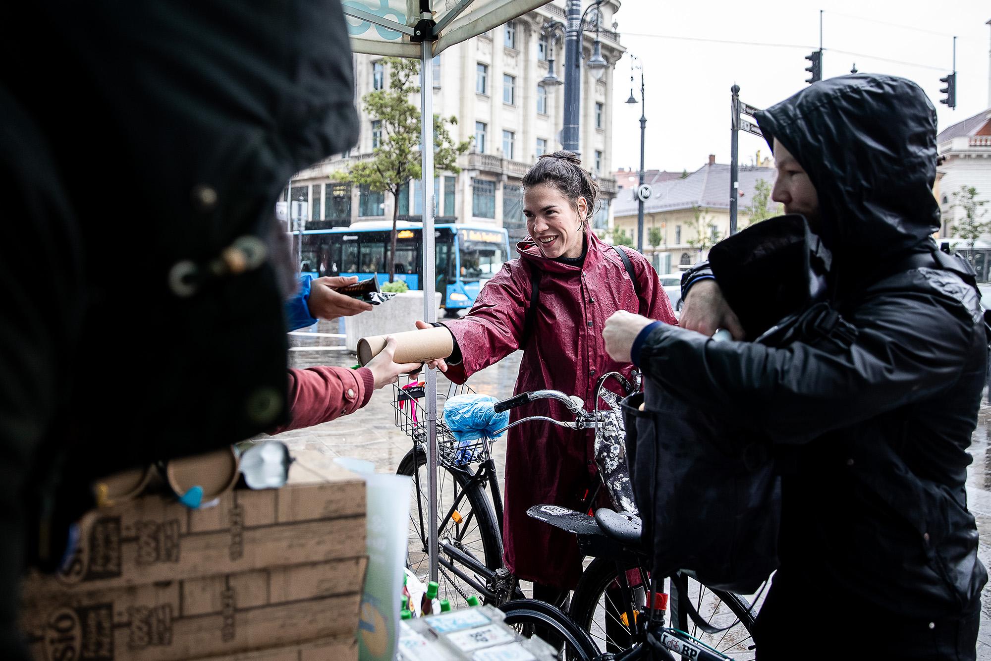 Szakadó eső ellenére bringás reggelikkel startolt el a Bringázz a munkába! kampány